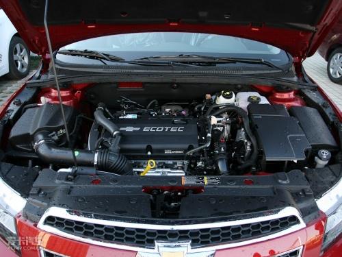 科鲁兹在悬挂选择上,采用了A级车常见的前麦弗逊式后扭杆梁式半独立悬挂,这种悬架搭配在紧凑级车型中比较普遍。底盘无论是过弯状态或是通过颠簸路面,传到车体的感觉总是那样扎实。初段软、后程硬的悬挂调节方式可以满足舒适性与操控性的统一,也能更容易的让大多数驾驶者接受这种方式。科鲁兹的悬挂对于路面信息的反馈比较清晰,驾驶员对于路面状况也能有很好的把握,而在经过连续的细碎振动时,悬挂对于波动能够进行良好的吸收,乘客的舒适度没有因为追求运动而受到太大的影响。而在高速通过弯道时,悬挂对于车身的支撑比较硬朗,侧倾并不严重