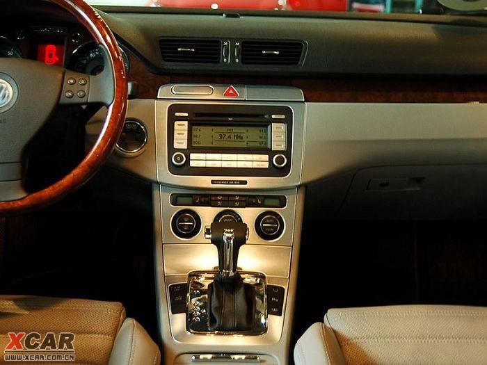 价格波动情况:迈腾在2010年优惠幅度不是很大,而且2011款迈腾上市不久,更是难得见到优惠了。现在赠送商业第三者责任险。   车型短评:全新迈腾不仅有TSI+DSG的黄金动力组合,有HSB高强度安全车身,Autohold自动驻车系统,多功能智能钥匙,双区独立控制空调,十二向电动可调前排座椅,卫星导航等高科技配置;同样还有蓝牙车载电话,内置硬盘,USB接口等时尚点缀。想您所想,为您呈现前所未有的驾驭体验。主攻家庭与个性消费市场的迈腾,更加强调的是科技性,生产工艺,车型性价比以及操控性。2009年一汽大