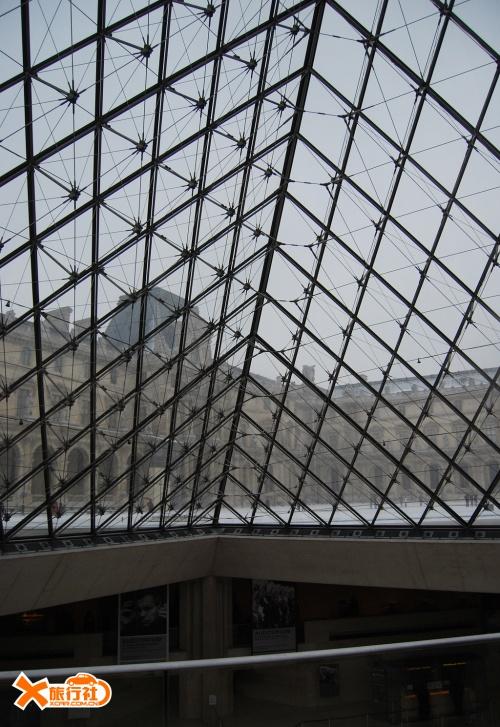 由793块玻璃组成的金字塔