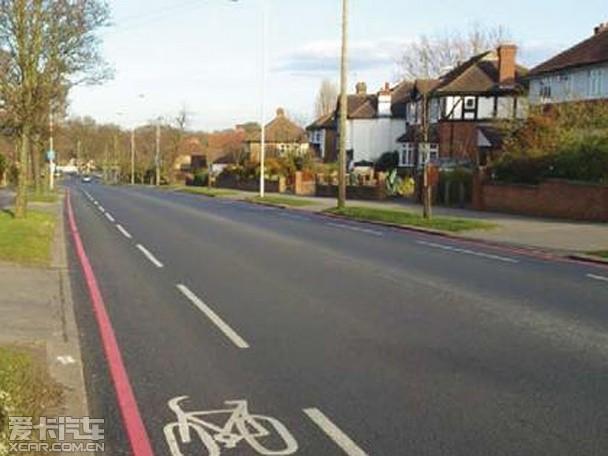 近日,伦敦交通局通过偶然的研究发现,道路中央的车道分隔线将会